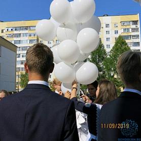 Члены школьного парламента выпустили в небо белые шары в память о жертвах теракта
