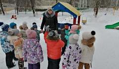 """Квест-прогулка с детьми старшей группы на тему: """"В поисках угощения для зимующих птиц"""". Воспитатель: Чугунова Э.Г."""