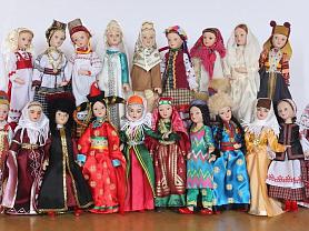 Выставка кукол в национальной одежде и изделий народных мастеров.